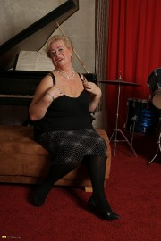 Free porn pics of Blond granny BBW stripping and posing. 1 of 126 pics